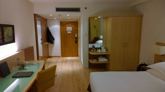 Hilton Paris Orly Airport: Renovated room view#1
