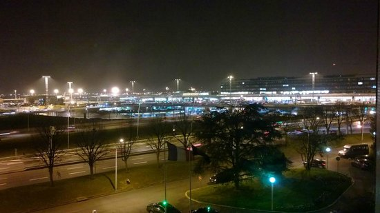 Hilton Paris Orly Airport: View from 4th floor towards Orly Sud