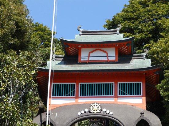 Shinshoji Temple : 望遠で石段下より撮影した鐘楼門