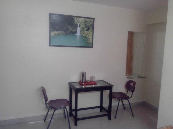 Hotel Kanha Grand: study chairs