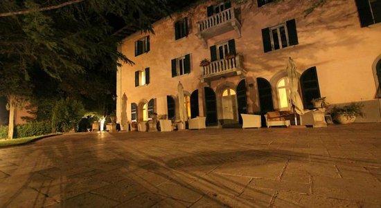 Tenuta del Fontino Family-Farm Hotel: back of the hotel and lounge