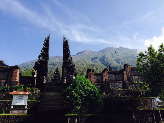 Seeing mount agung from the Hindu temple
