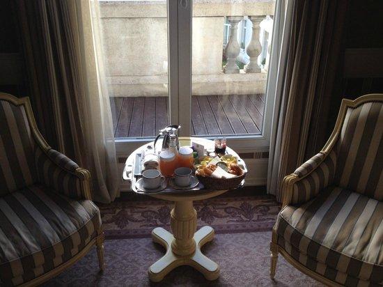 Tiara Chateau Hotel Mont Royal Chantilly : Petit déjeuner en chambre