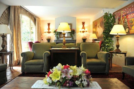 Hotel de La Font : sala de estar con chimenea