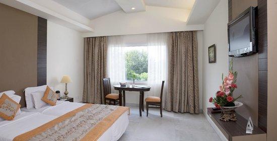 Best Western Resort Country Club: Main Club Room