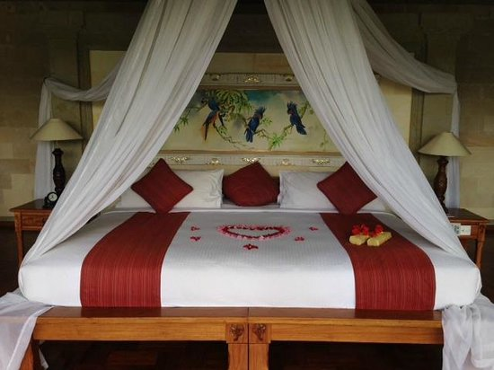 The Royal Pita Maha : Nicely decorated bed