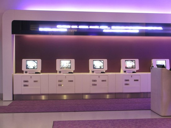 YOTEL New York at Times Square West : Hall d'entrée pour le chek in