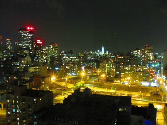 YOTEL New York at Times Square West : Vue de notre chambre by night