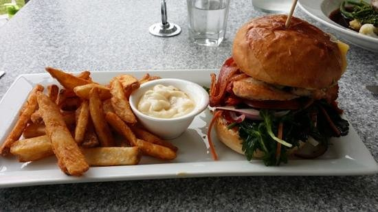Furneaux Lodge: great chicken burger and chips