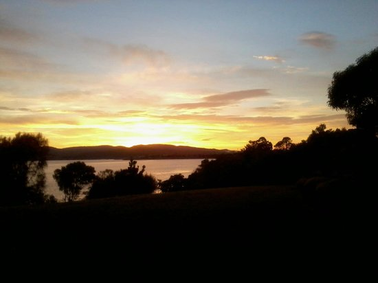 Riverfront Motel & Villas: Derwent River sunrise from Villa 49.