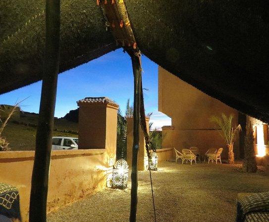 Riad Bouchedor: Fantástico porche del Riad.