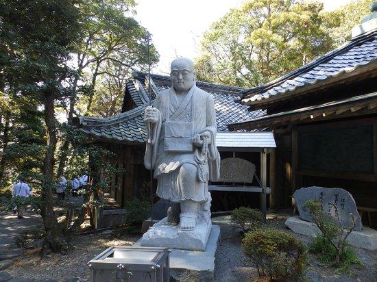 Kongochoji Temple: 大師堂前の弘法大師像