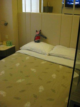 Silka Seaview Hotel: 部屋のベッド(ぬいぐるみは私物です♪)