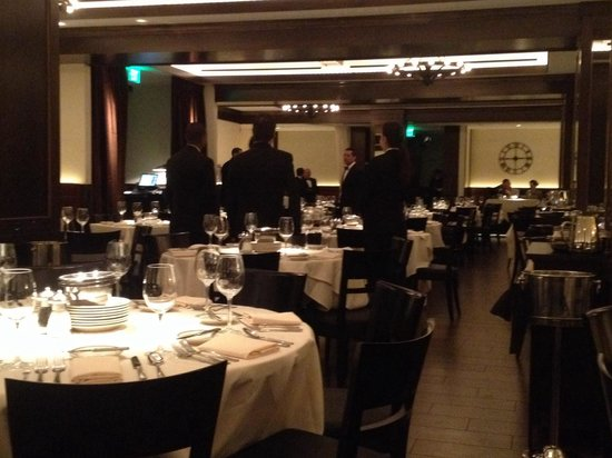 Joe's Seafood, Prime Steak and Stone Crab: Large dining room