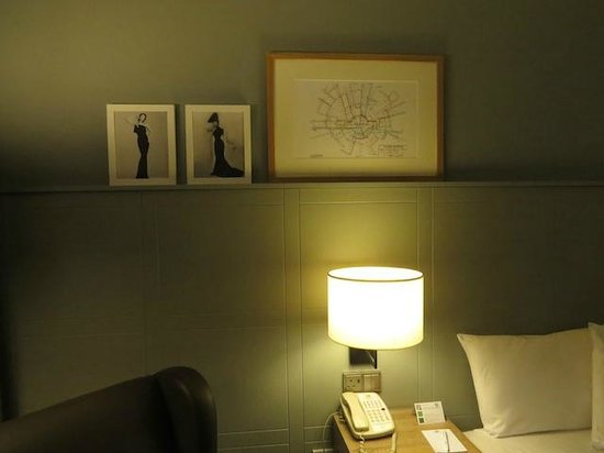 Holiday Inn London-Heathrow M4, Jct. 4: Artwork on the Bedroom walls