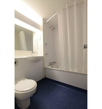 Travelodge Reading Whitley : Bathroom with bath