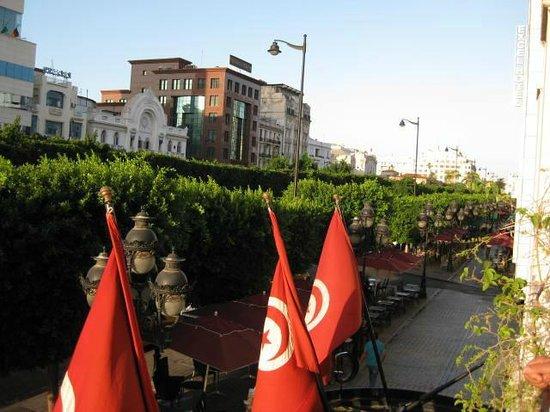 Carlton Hotel Tunis : 朝食のレストラン、テラスからメインストリートを望む