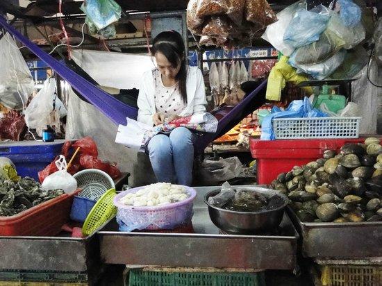 Khuon Tour Private Day Tours: au marché central Phnom Penh
