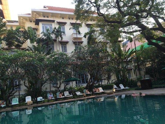 Raffles Hotel Le Royal: Pool område med 1 klasses servering