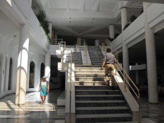 Iberostar Torviscas Playa: marble stairway to dinner