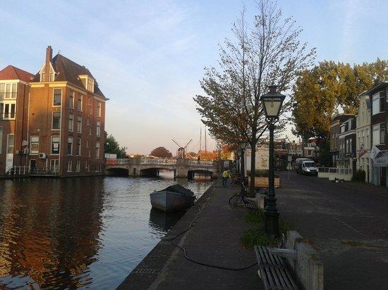 City Hotel Nieuw Minerva: Il canale sul quale si affaccia l'Hotel