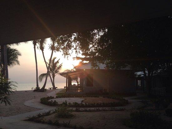 Da Kanda Villa Beach Resort: Sunset from our balcony, bungalow D9