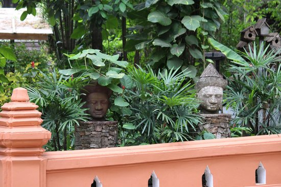 Jungle House Hotel: Statue