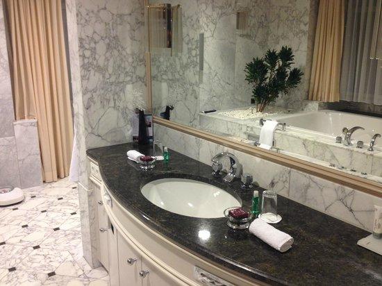 Le Meridien Stuttgart: Bathroom