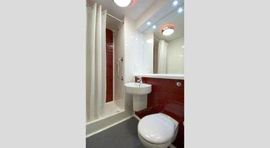 Travelodge Wellington Somerset Hotel: Bathroom with shower