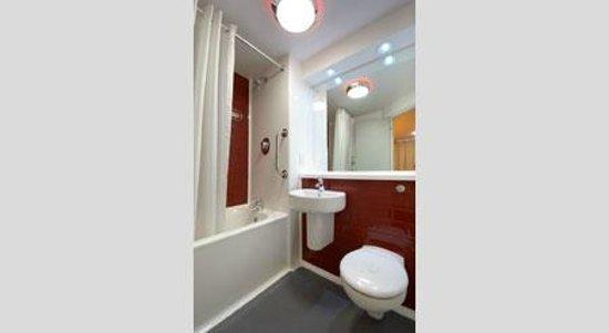 Travelodge Wellington Somerset Hotel: Bathroom with bath
