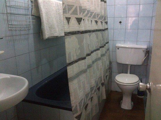 Gye Nyame Hotel: Bathroom