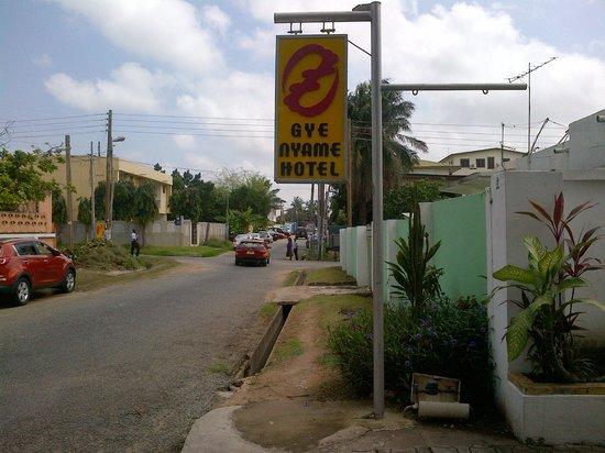 Gye Nyame Hotel: The street