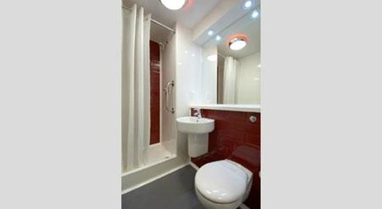 Travelodge Chichester Central: Bathroom with shower