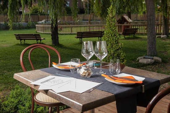 Un tavolo apparecchiato in giradino foto di il giardino - Il giardino di mezzanotte ...