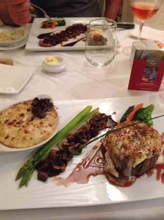 Bistrot Caraibes: Filet com crosta de deliciosos queijos, cogumelos e batatas. Peito de pato. Tenderloin and magr