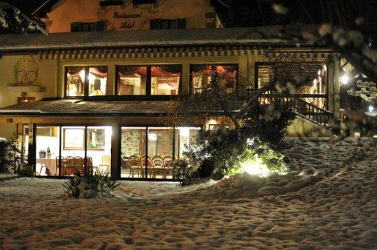 La Villa des Fleurs: Les deux salles restaurant à l'étage et soirée au rdj