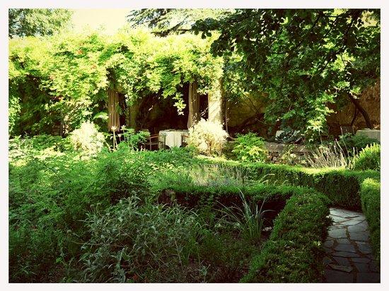 Le Prieure Hotel Restaurant: Garden