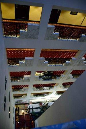 Arabian Courtyard Hotel & Spa: Blick vom 6.Stock nach unten