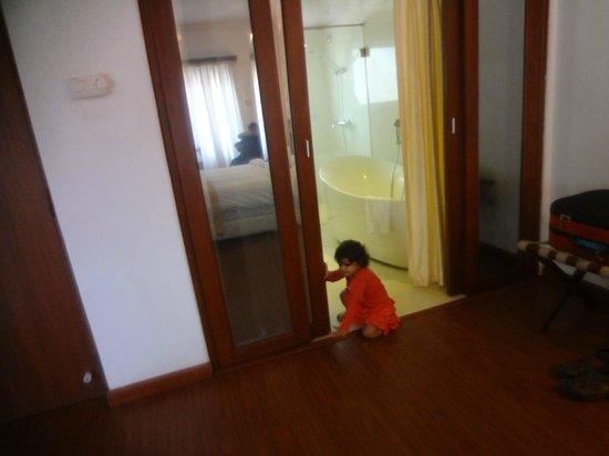 White Pearl Suites: Big bathrooms