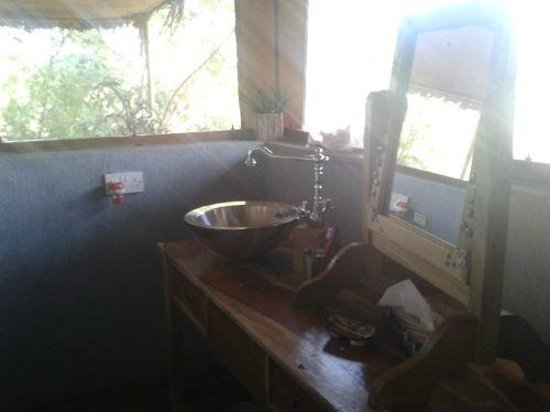 Ikweta Safari Camp : Bathroom sink and mirror