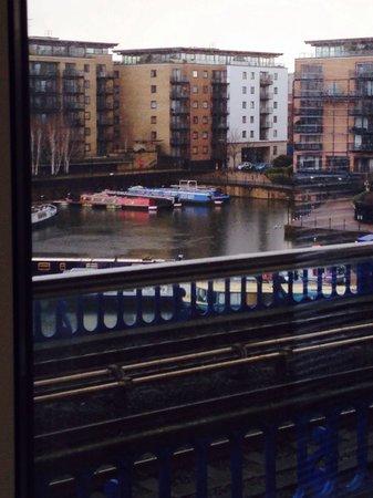 PREMIER SUITES London: Dlr outside