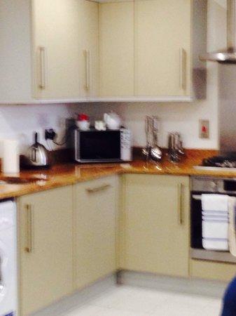 PREMIER SUITES London: Kitchen area
