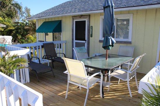 Cedar Cove Resort & Cottages: Bamboo suite, terrassen