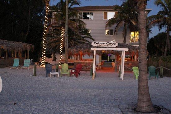 Cedar Cove Resort & Cottages: Resortet set fra stranden, aften