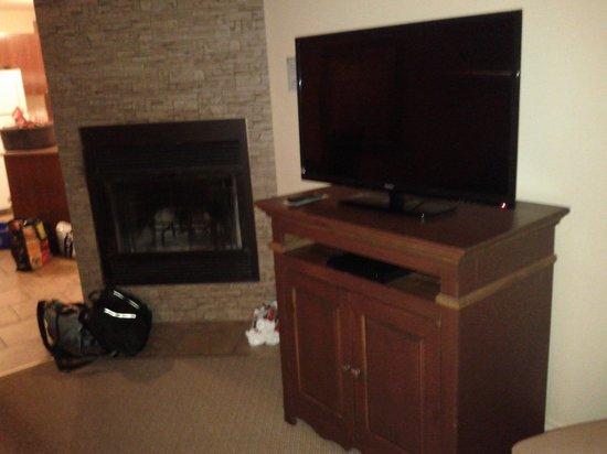 Auberge du Lac Morency : tv area in 1 bedroom
