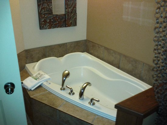 Auberge du Lac Morency: jacuzzi tub in 1 bedroom