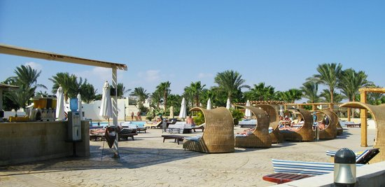 Coral Beach Resort: Relax in a cabana