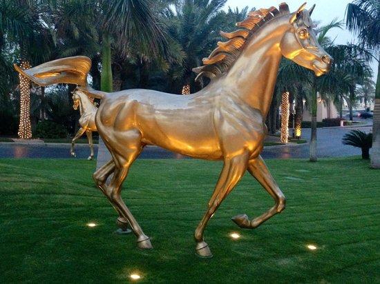 Jumeirah Al Qasr at Madinat Jumeirah: Les chevaux à l'entrée