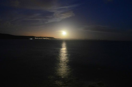 Hannafore Point Hotel: Moon over the bay, again from our balcony