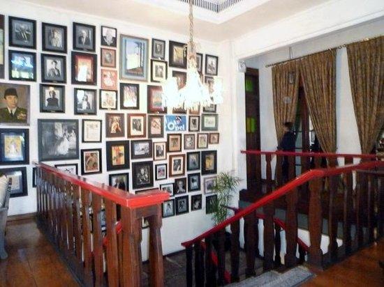 Cafe Batavia: 有名人の写真が壁一面に